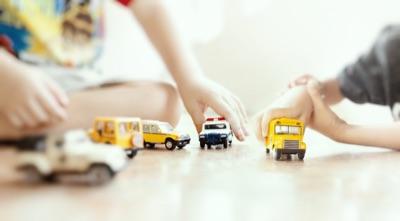 enfants jouent vehicules miniatures